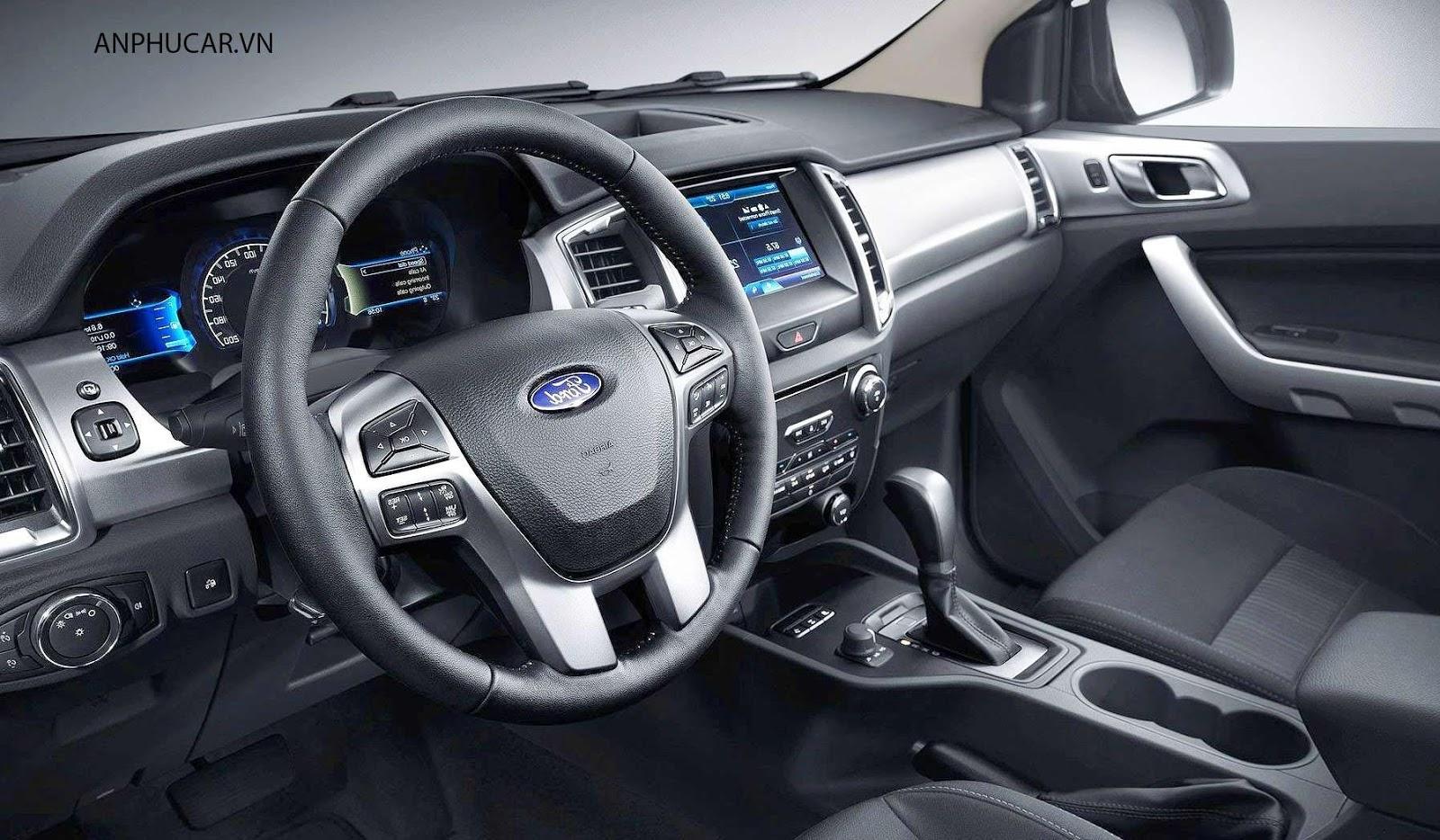 Không gian cabin có sự chênh lệch không nhỏ của 2 phiên bản  - Phiên bản máy dầu số sàn giữa Toyota Fortuner 2021 và Ford Everest 2021 – Ai mới là kẻ thống trị?